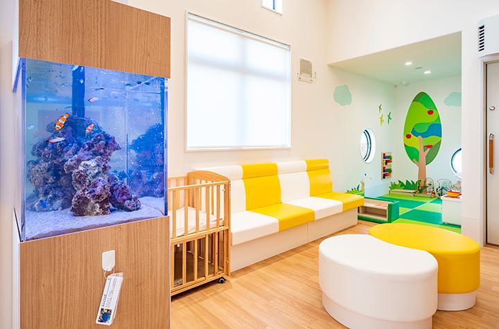 小児科待合室:キッズルーム、水槽